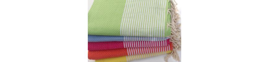 Une belle collection de foutas de qualité dans une collection Beach Spirit ou Esprit Plage, car les foutas sont de couleurs vives et acidulées